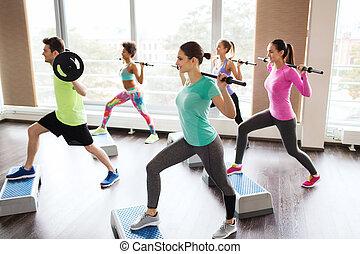 folk grupp, exercerande, med, barbell, in, gymnastiksal