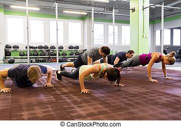 folk grupp, görande push-ups, in, gymnastiksal