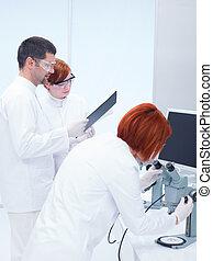 folk, indstudering, ind, en, kemi, laboratorium.