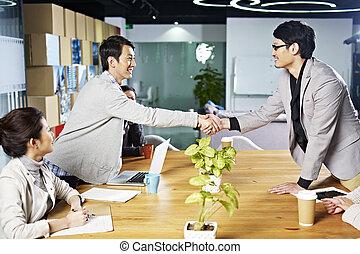 folk, skakande, asiatisk affärsverksamhet, räcker