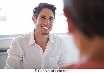 folk, skrivbord, talande affär, le, tillfällig
