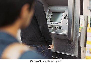 folloing, geldautomat, dieb, maschine, opfer, gebrauchend, bank