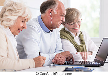 folyik, idősebb ember, számítógép, emberek