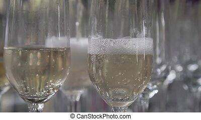 folyik pezsgő, bele, a, pohár