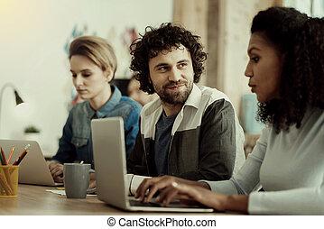 foncé-d'une chevelure, employé bureau, regarder, intéressé, beau, barbe