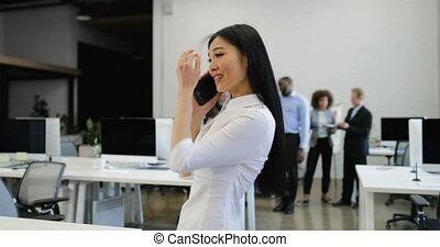 fonctionnement, bureau affaires, conversation, femme affaires, sur, ensemble, créatif, appel téléphonique, équipe, sourire, discussion, heureux