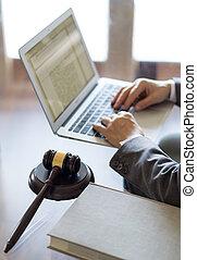 fonctionnement, bureau., ordinateur portable, juge, avocat, marteau