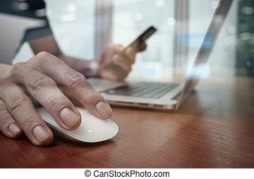 fonctionnement, business, bois, ordinateur homme, bureau, main, ordinateur portable