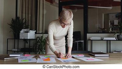 fonctionnement, collant, écriture note, concepteur, plan, projet, femme