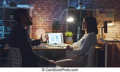 fonctionnement, créatif, smartphone, discuter, ordinateur portable, bureau, app, gens, interface