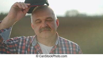 fonctionnement, day., regarder, mâle, paysan, base-ball, sourire, appareil photo, après, personnes agées, casquette