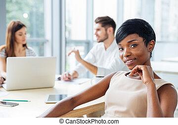 fonctionnement, elle,  Business, femme affaires, africaine, confiant, équipe, réunion