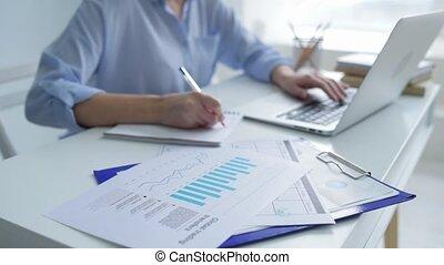 fonctionnement, femme affaires, ordinateur portable, haut, écriture, fin