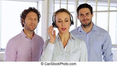 fonctionnement, femme, agent, écouteurs