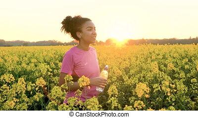 fonctionnement femme, après, jeune, jaune, eau, champ, jogging, bouteille, boire, fleurs, ou