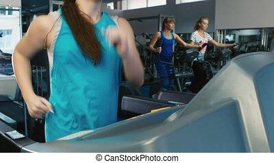 fonctionnement femme, gymnase, séduisant, entraîné, tapis roulant