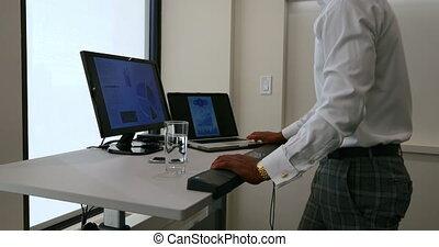 fonctionnement, homme affaires, 4k, bureau, informatique