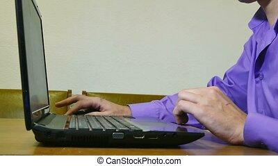 fonctionnement, homme, dactylographie, ordinateur portable, texte