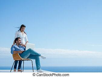 fonctionnement, informatique, ordinateur portable, maison, couple, décontracté, jeune