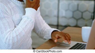 fonctionnement, mobile, ordinateur portable, téléphone, quoique, 4k, utilisation, homme aîné