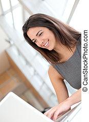 fonctionnement, ordinateur portable, étudiant, portrait, fille souriant