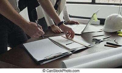 fonctionnement, ordinateur portable, foyer, projet, construction, architecte, lieu travail, tirages architecturaux, close-up., plan, inspection, homme