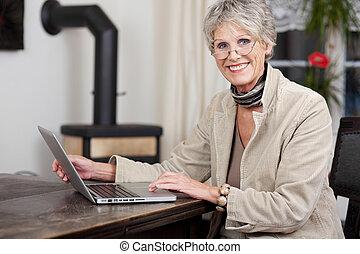fonctionnement, ordinateur portable, quoique, femme, sourire, personne agee