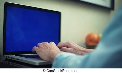 fonctionnement, ordinateur portable, screen., travailleur indépendant, vert, dactylographie, utilisation, message, home., homme