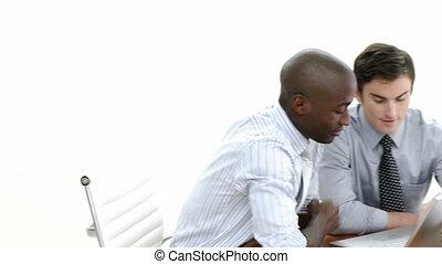 fonctionnement, panorama, ordinateur portable, deux, ensemble, hommes affaires