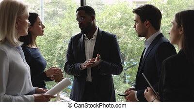 fonctionnement, pendant, biracial, éditorial, équipe, discuter, coupure, questions, collègues.