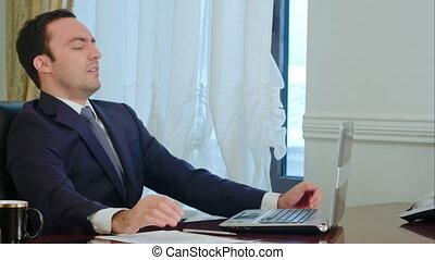 fonctionnement, regard, bureau, fatigué, intéressé, homme affaires