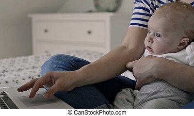fonctionnement, séance, fils, lit, unrecognizable, mère, bébé