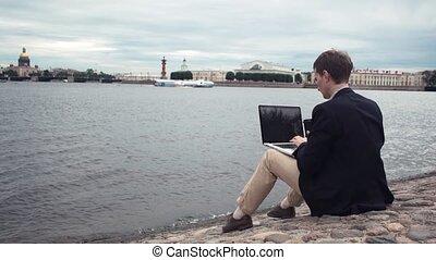 fonctionnement, séance, habillé, ordinateur portable, jeune, embankment., dehors, utilisation, désinvolte, homme