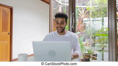 fonctionnement, séance, ordinateur portable, jeune, hispanique, informatique, dactylographie, maison, type, table, homme