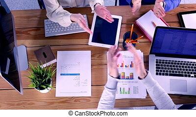 fonctionnement, sommet, business, collègues, bois, équipe, gens, table, réunion, mains, brain-storming, au-dessus, vue