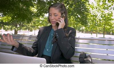 fonctionnement, téléphone, femme affaires, ordinateur portable, parc, conversation, quoique, intelligent