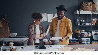 fonctionnement, tablette, couple, tailleurs, ensemble, regarder, atelier, papiers, utilisation