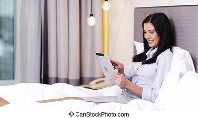 fonctionnement, tablette, femme affaires, hôtel, ordinateur pc