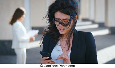 fonctionnement, texting, business, beau, jeune, smartphone, femme souriant, dehors, gros plan, center., quoique, messager