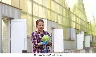 fonctionnement, tomates, tenue, gants, jeune, greenhouse., mains, femme, rouges