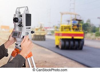 fonctionnement, tripod., theodolite, main, équipement, construction, enquête, sous, route