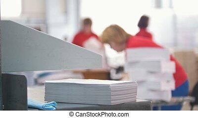 fonctionnement, -, typographie, papier, de-focused, devant, pile, femmes