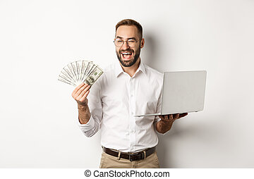 fond, confiant, homme affaires, travail, argent, sur, cligner, debout, e-commerce., ligne, business, comment, ordinateur portable, blanc, tenue, projection