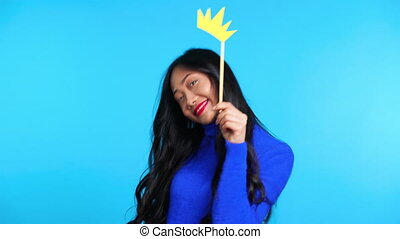fond, femme, poser, asiatique, beau, couronne papier, bleu, ...