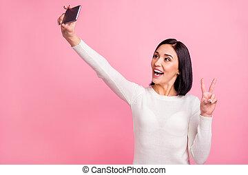 fond, isolé, symbole, surprenant, dame, projection, couleur, selfies, v-signe, mains, clair, photo, rose, usure, confection, pull-over, blanc, tenant téléphone