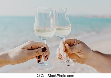 fond, italy., deux, tenant mains, blanc, lunettes, mer, vin