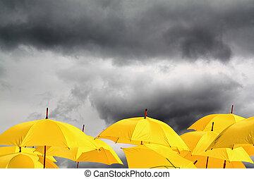 fond jaune, parapluies, nuageux