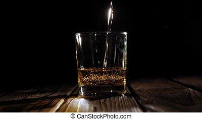 fond, lent, gros plan, motion., versé, verre, whisky, noir
