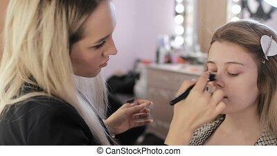 fondation, utilisation, crème, jeune, maquillage, femme, figure, couverture, artiste, brush.