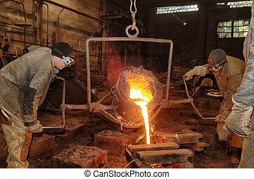 fonderie, -, métal fondu, versé, depuis, louche, dans,...